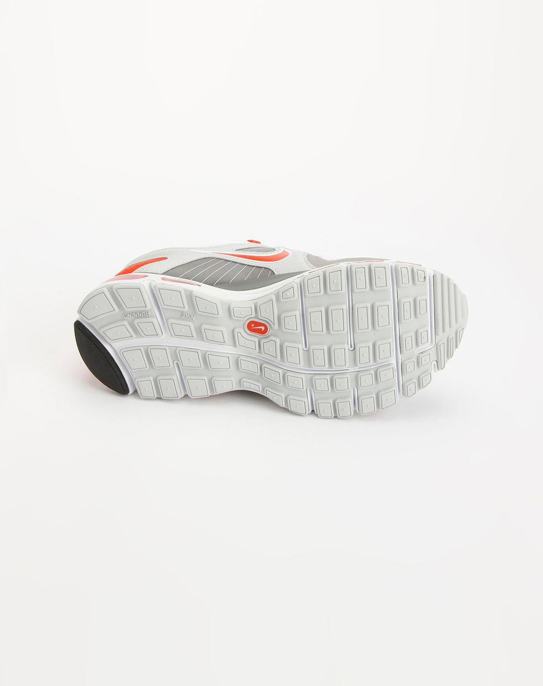 红/灰/白色系带运动鞋